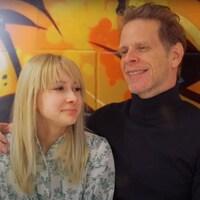 Le père et la fille posent côte à côte.