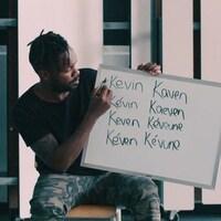 Pierre-Yves Lord écrit sur un petit tableau le prénom Kevin avec huit orthographes différentes.