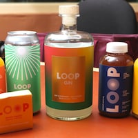 Photo d'un savon et de cinq bouteilles de jus, bière et gin.