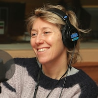 Photo de Martha Wainwright devant un micro de radio.