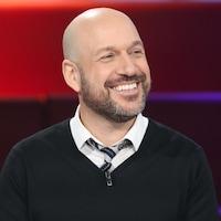 Portrait de Martin Matte avec un grand sourire sur le plateau de Tout le monde en parle.
