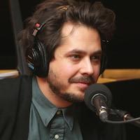 Photo de Matt Holubowski devant un micro de radio.