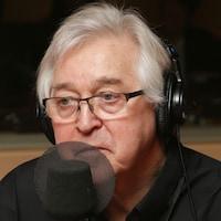 Patrice Massenet devant un micro de radio.