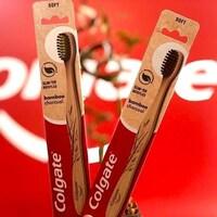 Deux brosses à dents en bambou dans leur emballage.