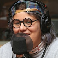 Photo de Safia Nolin devant un micro de radio.