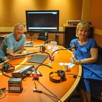 André Robitaille et Anne-Marie Dussault souriant en studio.