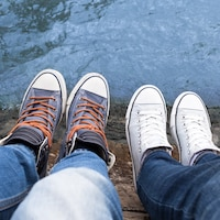 Vue de haut de pieds d'adolescents sur le bord d'un ravin