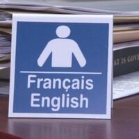 Un écriteau bilingue