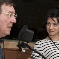Emmanuelle Lussier Martinez jette un regard complice à son collègue Gilles Renaud.