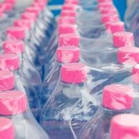 Des bouteilles de plastique recouvertes d'un emballage de plastique.