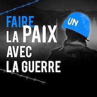 Un soldat, de dos, porte un casque bleu de l'Organisation des Nations unies.