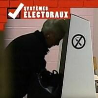 Une électrice vote secrètement lors d'une élection au Canada.