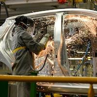 Des employés à l'oeuvre à l'usine Renault de Flins, en France