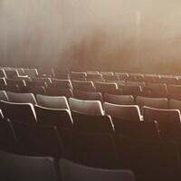 Photo en noir et blanc de sièges vides.