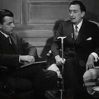 Salvador Dali, canne à la main,  est assis en face de l'animateur Wilfrid Lemoine en mai 1958.