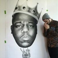 Illustration d'un homme portant une couronne. Un autre homme pose à droite faisant un signe de gratitude.