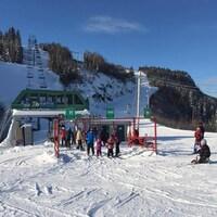 Des skieurs font la file pour prendre le remonte-pente au mont de la Station Gallix.