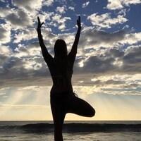 Stéphanie Payette-Gosselin, faisant du yoga près de l'eau