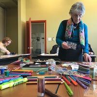 Une femme fait du bricolage.