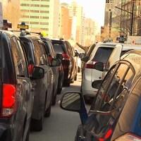 Deux rangées de voitures taxi