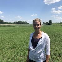 Une jeune femme dans un champ.