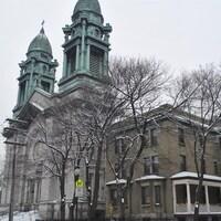 Une grande église dotée de deux clochers.