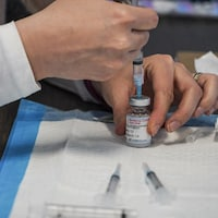 Un flacon de vaccin contre la covid-19.
