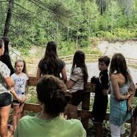 Des visiteurs dans la Vallée des coquillages du Jardin des Glaciers de Baie-Comeau.
