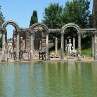 Des ruines autour d'un plan d'eau.