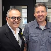L'homme d'affaires propriétaire des cinémas Guzzo et un ex-itinérant se tiennent côte à côte, tout sourire.