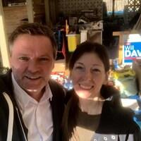 Will Davis et sa femme Wendy Norman sourient devant ce qui semble être des articles de campagne électorale.