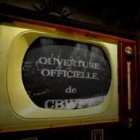 Dans un poste de télévision des années 1960 se projette une image de l'ouverture officielle de la station CBWFT le 24 avril 1960.