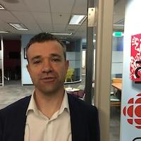 David Nanta pose dans les locaux d'ICI Toronto.
