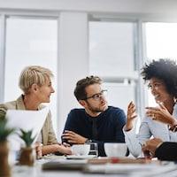 Des employés d'une entreprise discutent d'un projet.