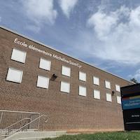 Devant de l'École élémentaire Micheline-Saint-Cyr, à Etobicoke.