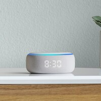 Le haut-parleur Echo Dot, d'Amazon sur une commode.