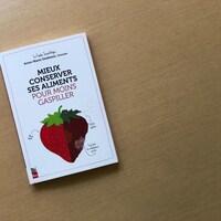 """La couverture du livre """"Mieux conserver ses aliments pour moins gaspiller""""."""