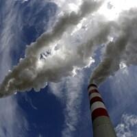 Des cheminées crachent leur fumée dans l'atmosphère.
