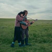 Un couple dans une scène pastorale en Islande, dans le cadre de l'exposition La mort est ailleurs.