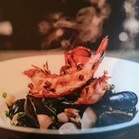 Un plat de fruits de mer représenté sur la page couverture du livre : Le Festin de Mathilde