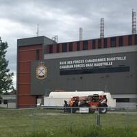 Bâtiment récent de la base militaire