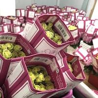 Des bouquets de roses dans des emballages de carton