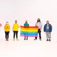 Les membres du comité LGBTQ+ du Cégep de Matane avec un drapeau de la communauté.
