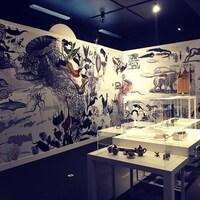 Une salle d'exposition remplie d'objets divers.