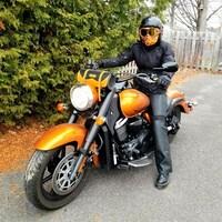 Une femme avec un casque sur une motocyclette.