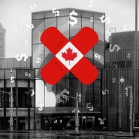 Photographie du Centre national des Arts avec un pansement aux couleurs du drapeau du Canada placé sur l'édifice. Des symboles de dollars flottent autour du pansement.