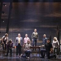 Les acteurs du spectacle «Come From Away» chantent sur scène.