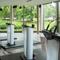 Des podiums installés dans une grande salle vitrée.
