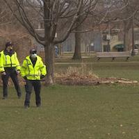 Des agents de police dans le parc Trinity Bellwoods, samedi en début d'après-midi.