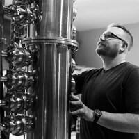 David Wayward regarde les cadrans de contrôle d'un fût métallique.